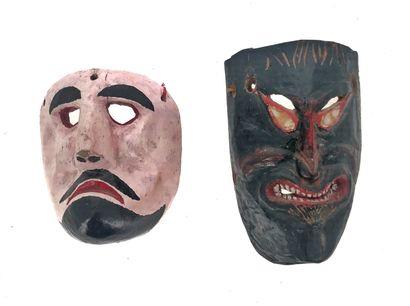 ensemble de deux masques l'un présentant...