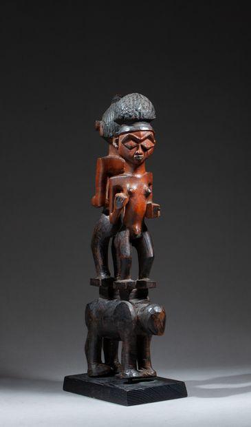 Figure cultuelle sculptée avec originalité d'un couple de dignitaires debout sur...