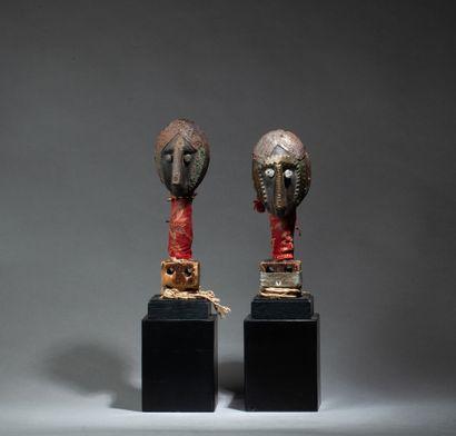 ensemble de deux têtes de marionnette présentant...