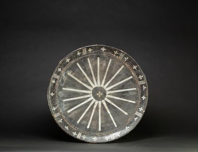 Bouclier présentant un motif solaire entouré...