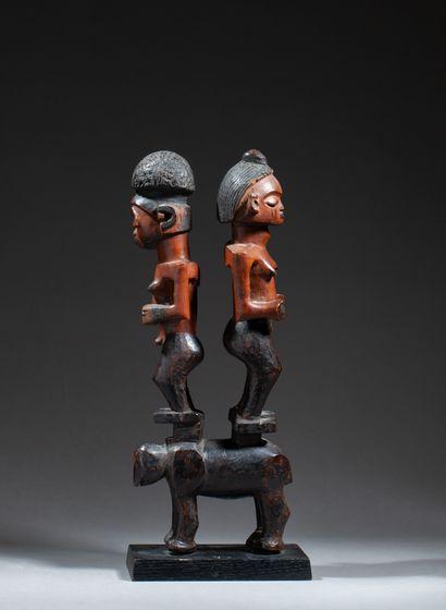 Figure cultuelle sculptée avec originalité...