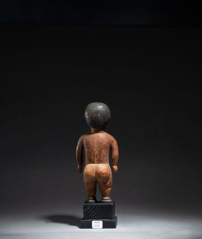 figure féminine présentée nue debout le corps aux formes généreuses et les yeux...