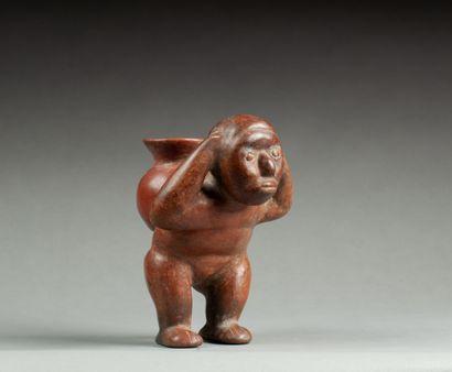 Statuette modelée d'un jeune personnage transportant...