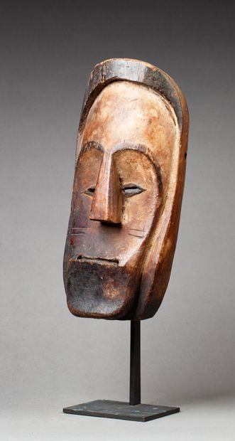 Masque de danse sculpté d'un visage dans...