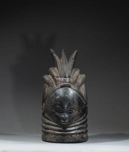 Masque de la société initiatique féminine Bundu, présentant une jeune femme au cou...