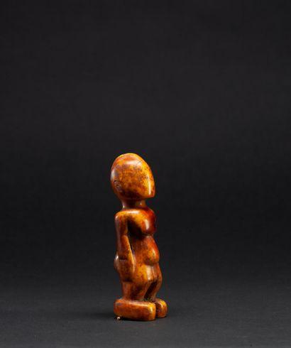 Statuette anthropomorphe présentant un personnage masculin nu debout, campé sur...