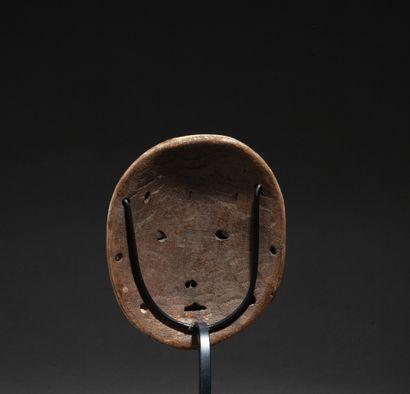 Masquette « lukwakongo » de grade sculpté d'un visage à l'expression lunaire et...