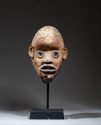 Masque de danse, présentant un visage à l'expression...