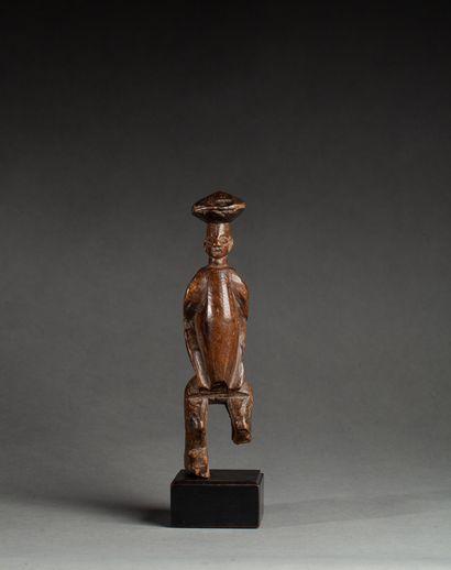 Statuette présentant un personnage les genoux...