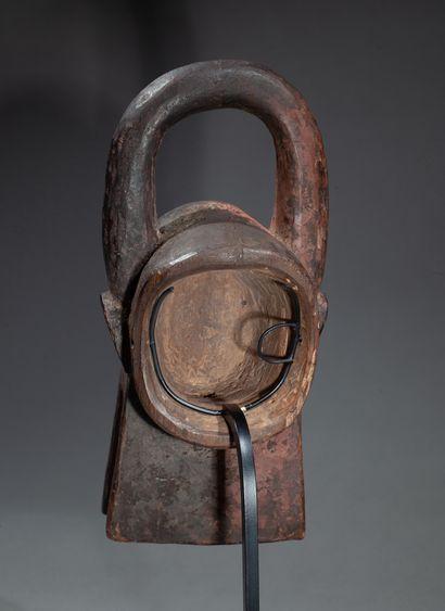 masque diminutif sculpté d'une tête de buffle stylisée au front bombé, les cornes...