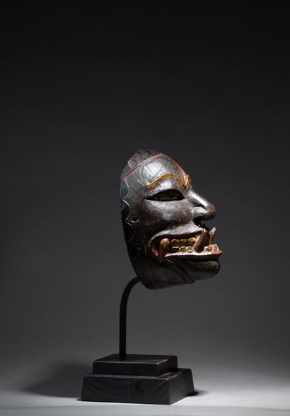 masque de danse présentant un visage à l'expression intense et saisissantes symbolisant...