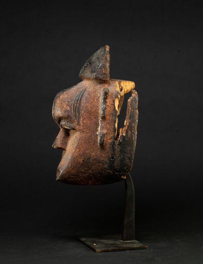 masque de danse présentant un visage à l'expression intériorisée, le front et les...