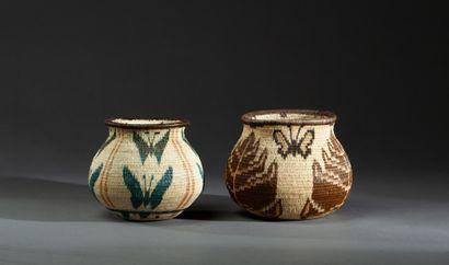 Ensemble de deux vanneries présentant des motifs géométriques d'inspiration végétale...