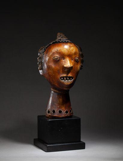 cimier de danse guerrière présentant un visage...
