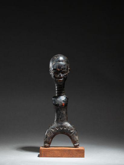 Lance-pierre traditionnel sculpté d'un buste...
