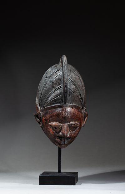 Masque guèlèdé sculpté d'un visage juvénile...