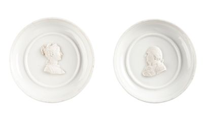Paire de médaillons en porcelaine