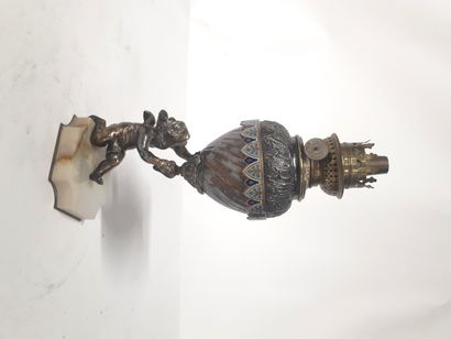 Lampe à pétrole, en métal argenté à décor...