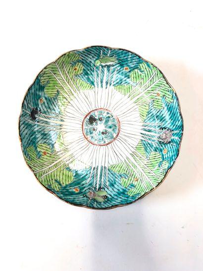 CHINE  Assiette à décor végétal émaillé vert orné de divers insectes  H. 4,5 x D.23...