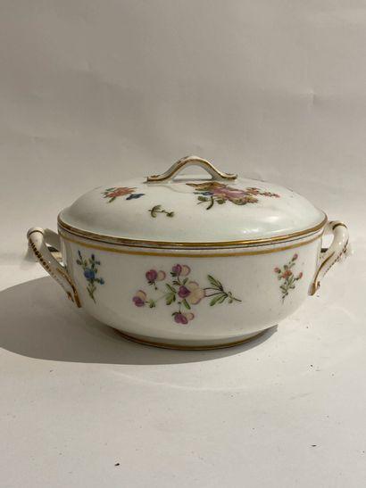 LILLE  Bouillon couvert en porcelaine à décor...