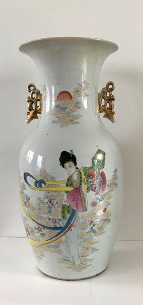 CHINE  Vase en porcelaine polychrome à décor...