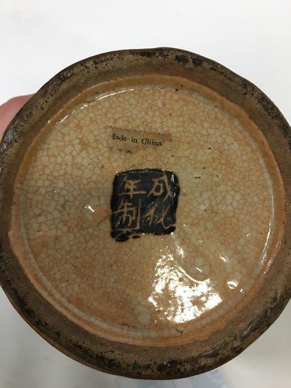 CHINE, Nankin  Vase en porcelaine de Nankin à décor de guerriers et anses en barbotine...