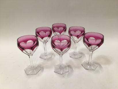 """Suite de six verres à vin en cristal rose, à pans coupés sur piédouche  """"Parcequ'on..."""