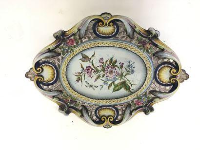 Important plat décoratif en faïence polychrome...