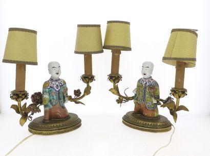 CHINE  Paire de lampes en porcelaine à deux...