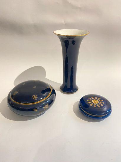 SEVRES  Un vase et deux bonbonnières en porcelaine...