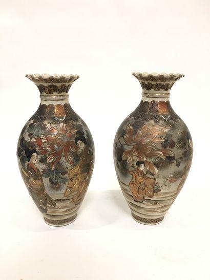 JAPON  Paire de vases en faïence de Satzuma...