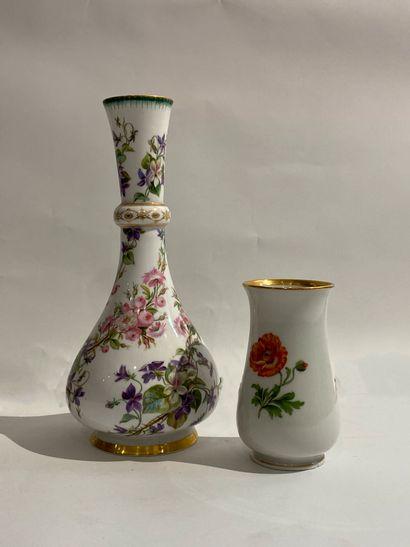 PARIS  Vase en porcelaine à décor de jetés...