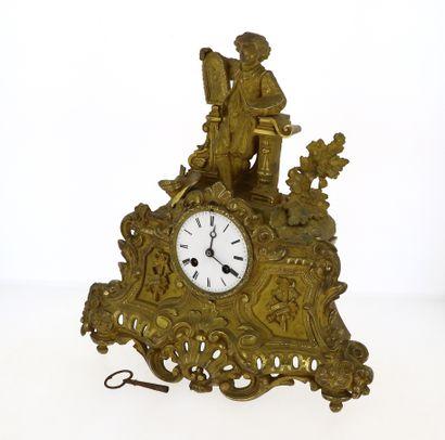 Pendule en bronze ciselé et doré de style...