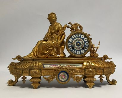 Table clock in gilded and chiselled ruler...