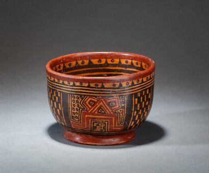 Vase  à décor de symboles sur piédouche circulaire...