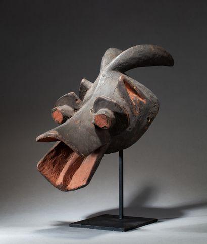 Cimier de danse  présentant une figure anthropozoomorphe...
