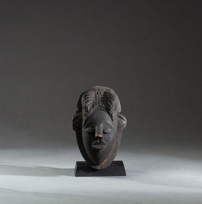 Masque applique  présentant le portrait d'un...