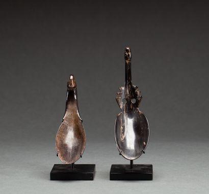 Deux cuillères rituelles  sculptées à leur...
