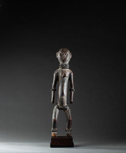 Statue féminine  présentée nue debout, les...