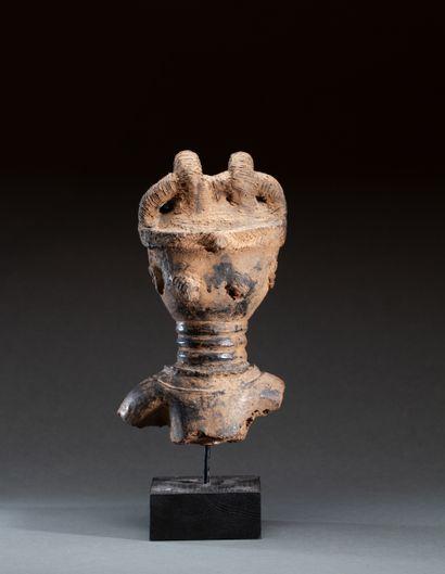 Buste ancestral  modelé d'un visage à la...