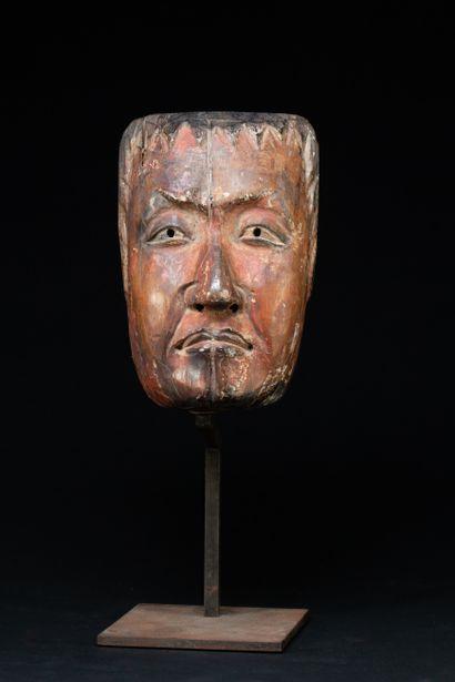 Masque  sculpté avec finesse d'un visage...