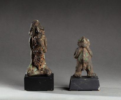 Deux statuettes  en bronze patiné par le...