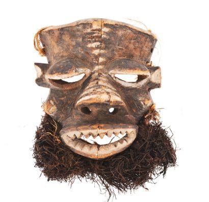 Masque de danse  sculpté d'un visage expressif...
