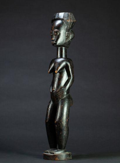Grande statue féminine  présentée nue debout...