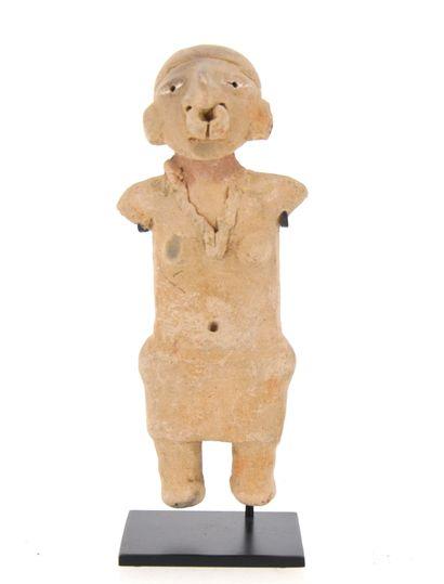 Prêtresse  présentée torse nue, portant un...