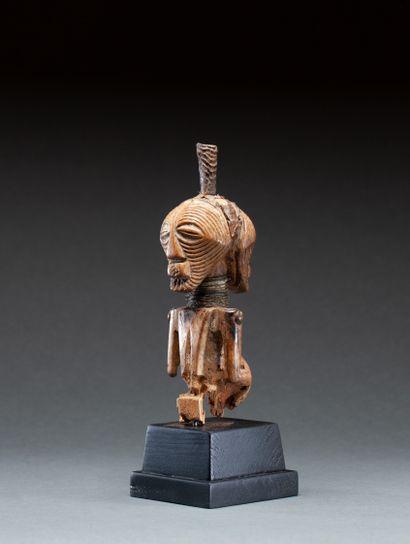 Fétiche Janus  présentant un buste à deux visages évoquant des masques Kifwébé  Bois,...