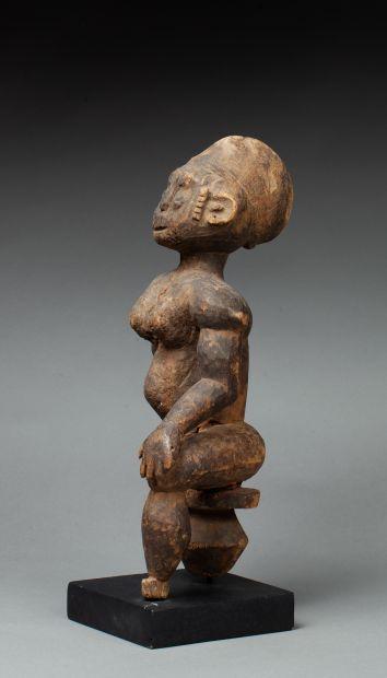 Statuette  présentant une femme importante...