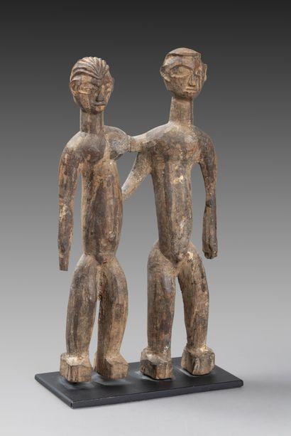 Couple Tawa  côte à côte bras dessus, bras...