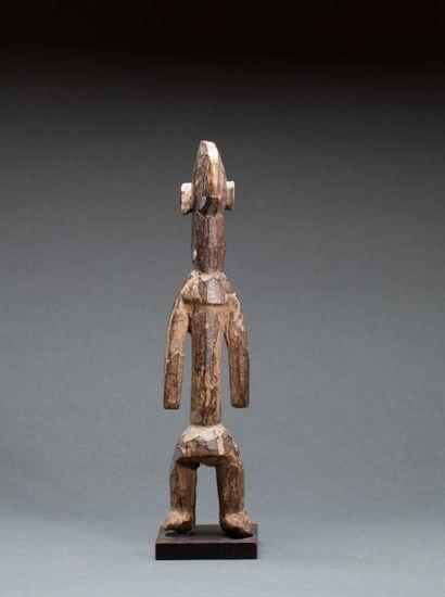 Figure anthropomorphe  présentant un personnage...