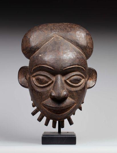 Masque cimier  sculpté d'un visage aux traits...
